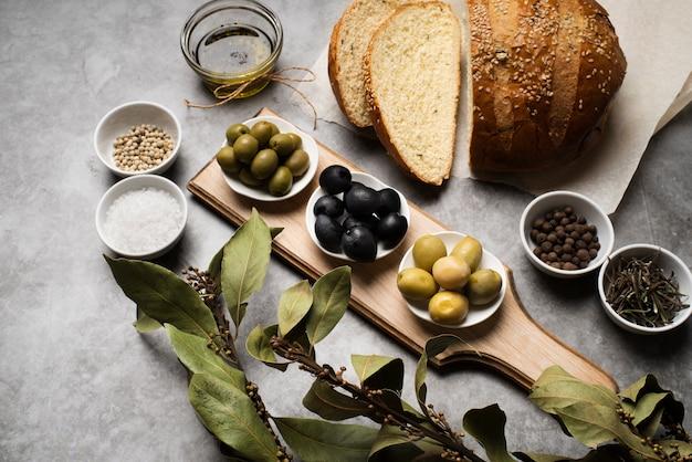 Saborosas azeitonas e pão na mesa