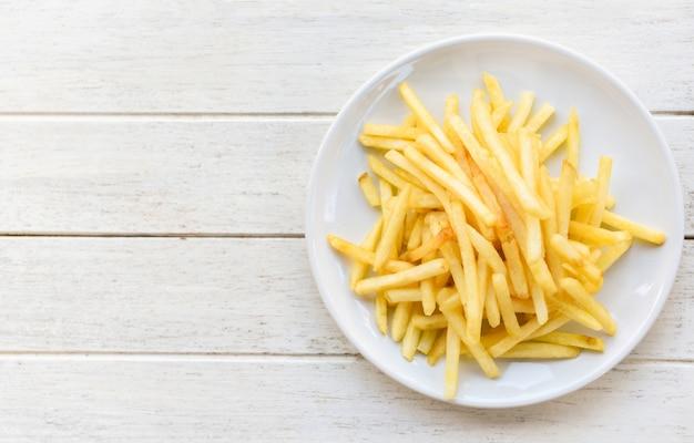Saborosas batatas fritas para comida ou lanche. batatas fritas frescas na chapa branca delicioso menu italiano ingredientes caseiros