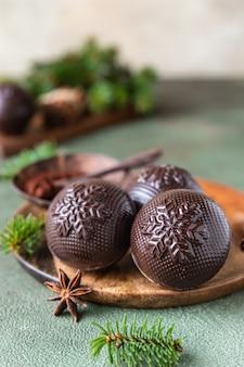 Saborosas bombas de cacau com marshmallow e chocolate com ramos de pinheiro e especiarias bebida quente de inverno moderno