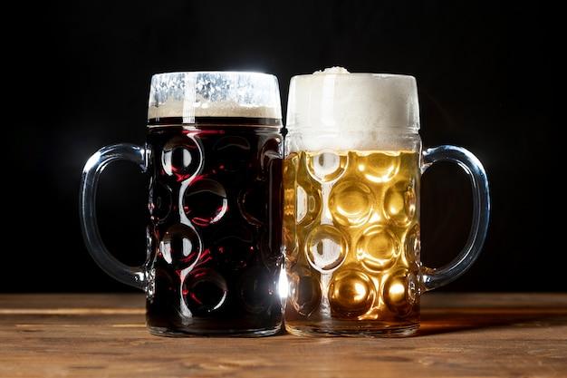 Saborosas canecas de cerveja da baviera sobre uma mesa
