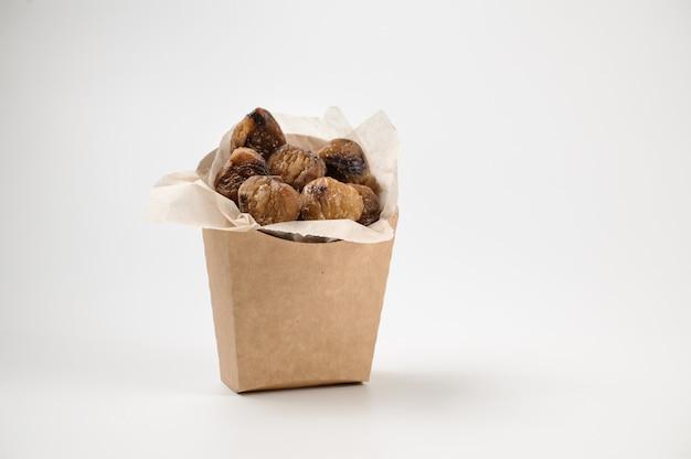 Saborosas castanhas isoladas em saco de papel em branco