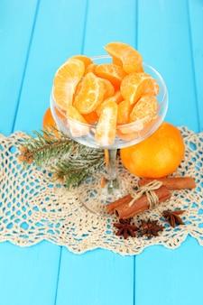 Saborosas fatias de mandarina em tigela de vidro
