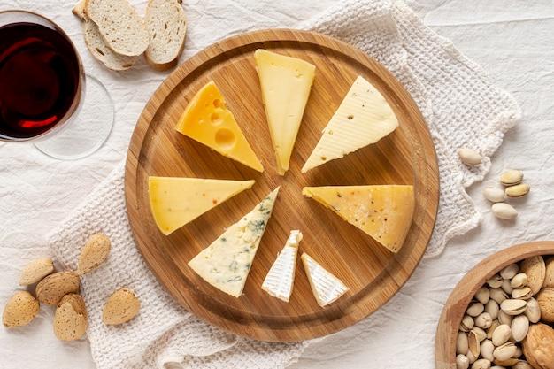 Saborosas fatias de queijo em uma placa de madeira