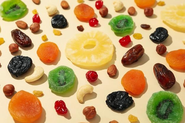 Saborosas frutas secas em fundo bege, close-up