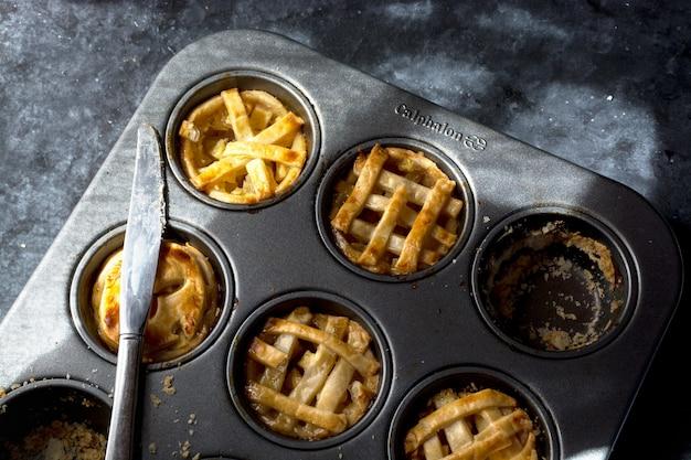 Saborosas mini tortas de maçã caseiras na assadeira.