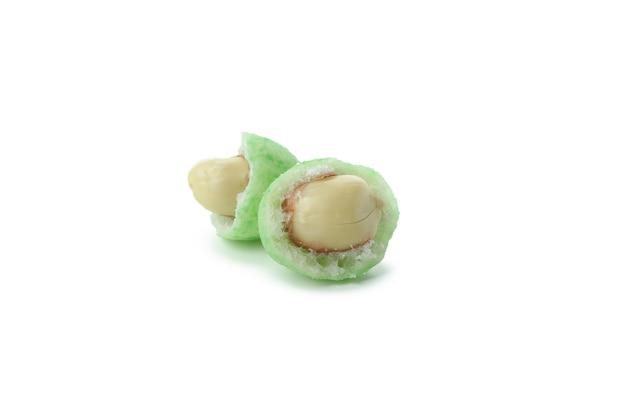 Saborosas nozes de wasabi isoladas no branco