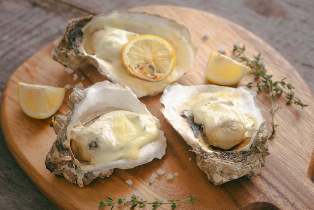 Saborosas ostras frescas com fatias de limão na tábua. alimento afrodisíaco para aumentar o desejo sexual