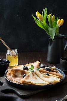 Saborosas panquecas russas tradicionais com mel. primavera. entrudo.