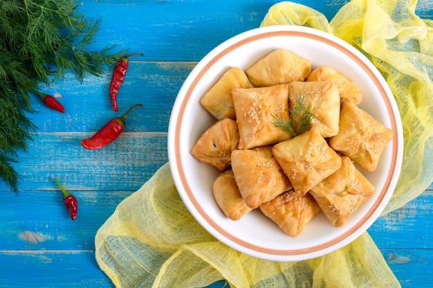 Saborosas tortinhas de frango caseiras
