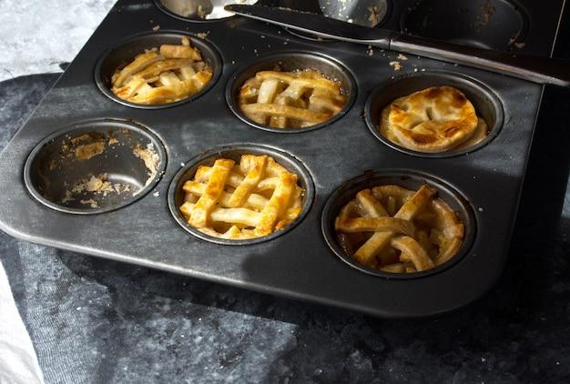 Saborosas tortinhas de frutas caseiras em assadeira