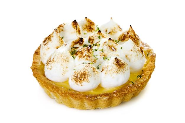 Saborosas tortinhas de limão e merengue com hortelã isolado no branco