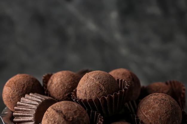 Saborosas trufas de chocolate doce, closeup