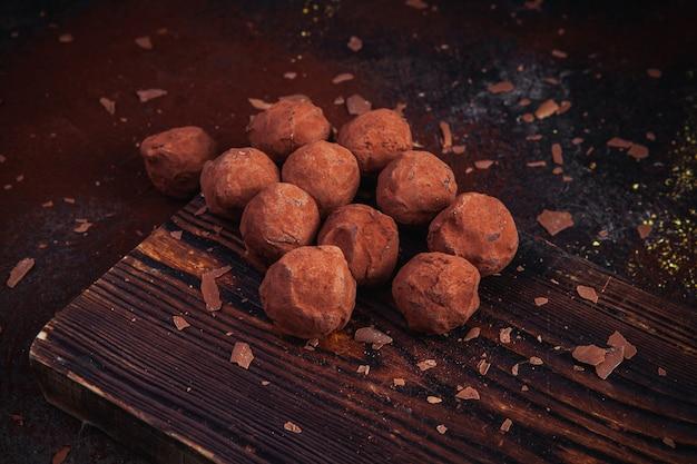 Saborosas trufas de chocolate em pó com cacau