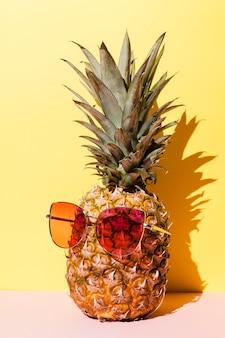 Saboroso abacaxi com óculos de sol