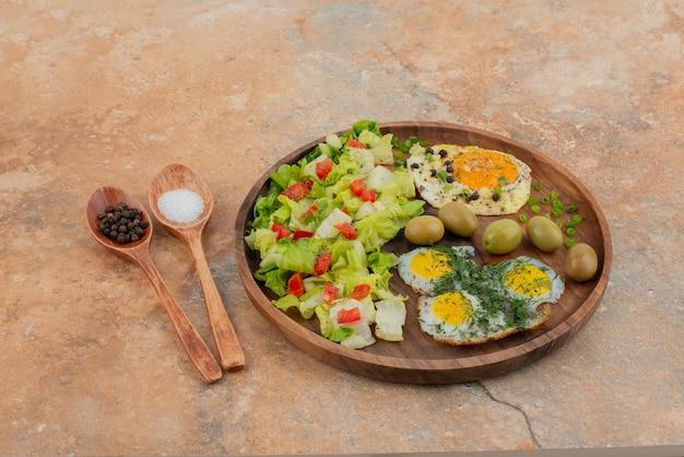 Saboroso almoço na tábua de madeira