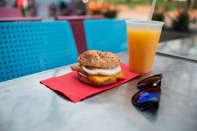 Saboroso arranjo com cheeseburger e suco