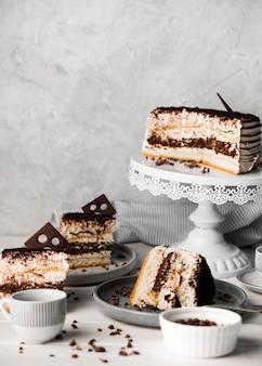 Saboroso arranjo de bolo de chocolate
