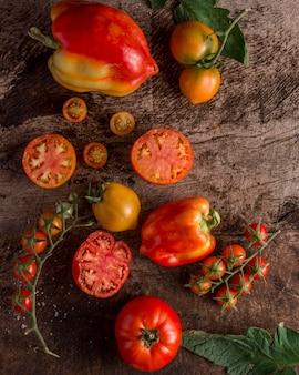 Saboroso arranjo de tomates e pimentas