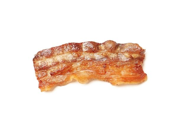 Saboroso bacon frito isolado no fundo branco