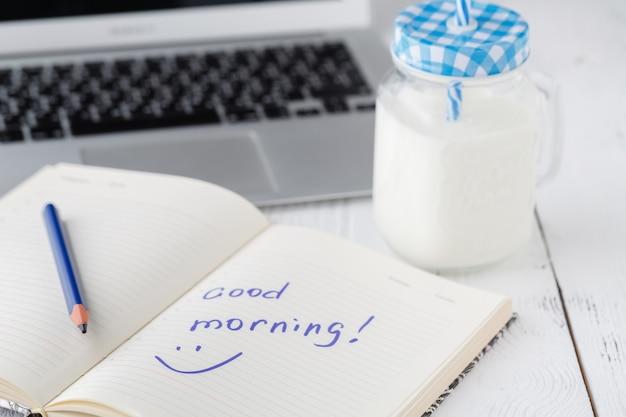 Saboroso batido ou milk-shake em um frasco de vidro
