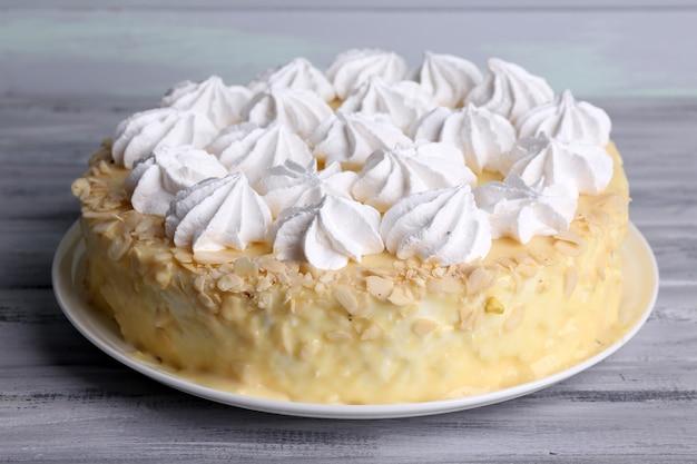 Saboroso bolo caseiro de merengue na mesa de madeira