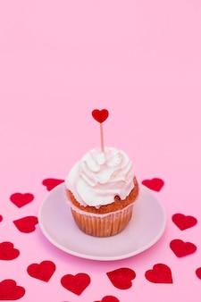 Saboroso bolo com chicote entre corações decorativos