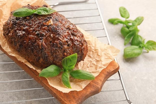 Saboroso bolo de carne de peru assado na placa de madeira
