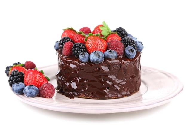 Saboroso bolo de chocolate com frutas diferentes, isolado em uma superfície branca