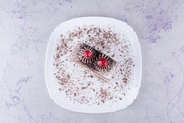 Saboroso bolo de chocolate na chapa branca.