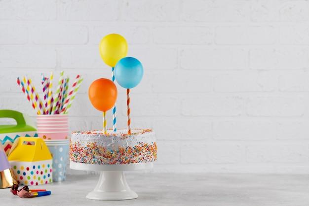 Saboroso bolo e arranjo de balões