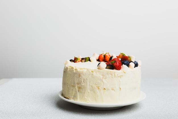 Saboroso bolo fresco com frutas no prato