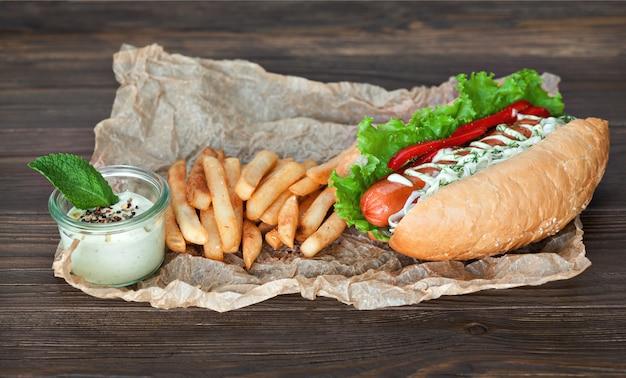 Saboroso cachorro-quente com salsichas e batatas fritas