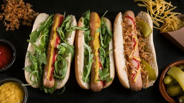 Saboroso cachorro-quente fast-food com vegetais