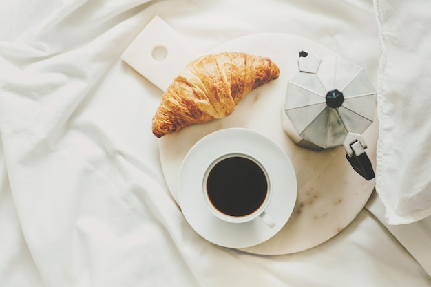 Saboroso café da manhã clássico servido na cama