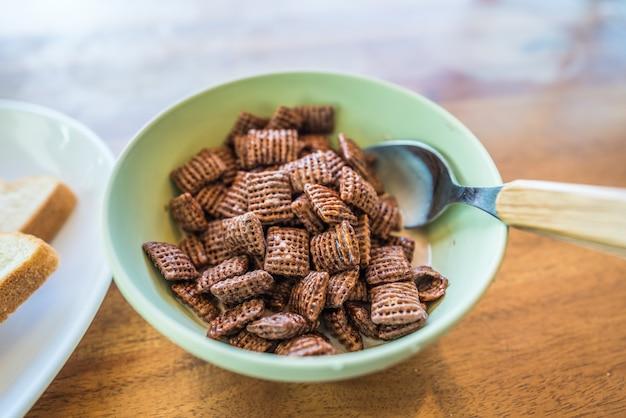 Saboroso café da manhã com cereal e colher