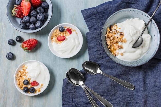 Saboroso café da manhã com iogurte e frutas