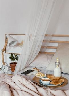 Saboroso café da manhã na cama de alto ângulo