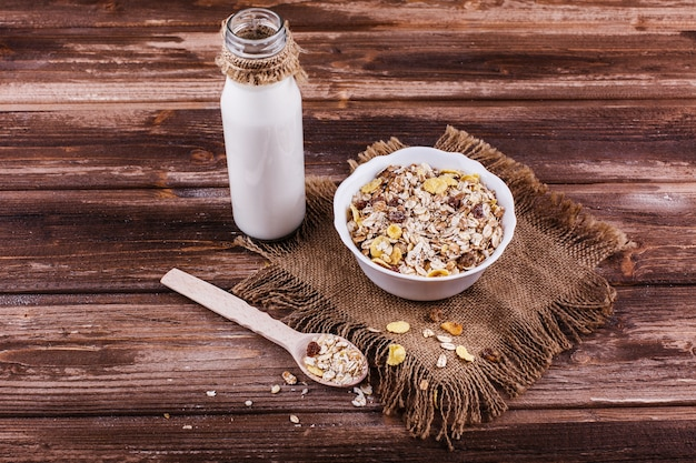 Saboroso café da manhã saudável feito de leite e mingau com nozes e frutas