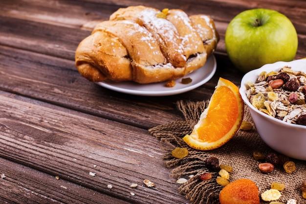 Saboroso café da manhã saudável feito de leite e mingau com nozes e maçãs