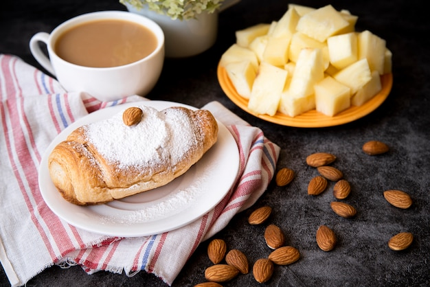 Saboroso café e croissant café da manhã