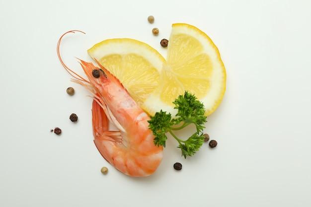 Saboroso camarão cozido e temperos em branco