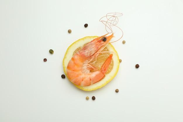 Saboroso camarão cozido e temperos em fundo branco