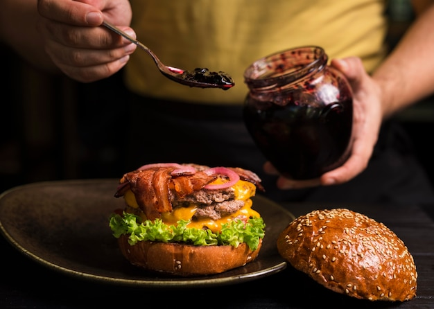 Saboroso cheeseburger duplo em um prato