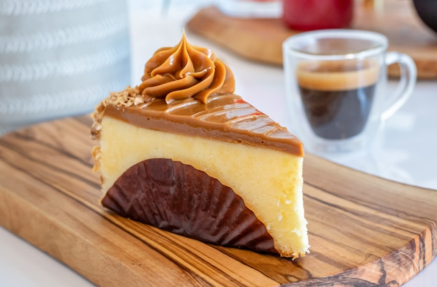 Saboroso cheesecake de caramelo acompanhado de uma xícara de café