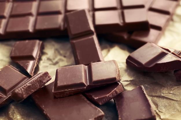 Saboroso chocolate ao leite na mesa, closeup