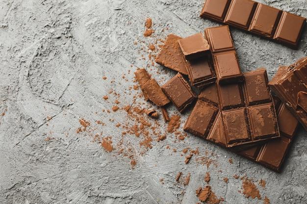Saboroso chocolate em fundo cinza. comida doce