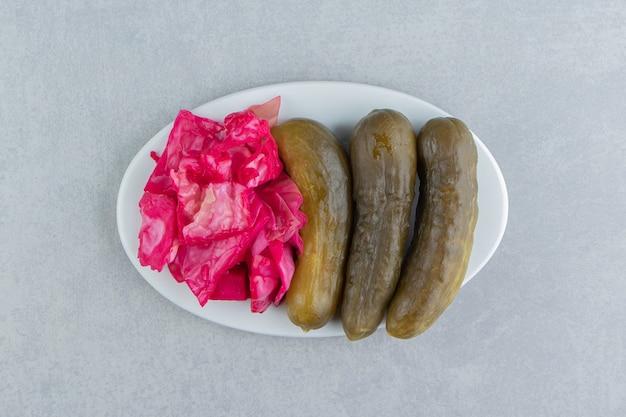 Saboroso chucrute vermelho e pepino em um prato