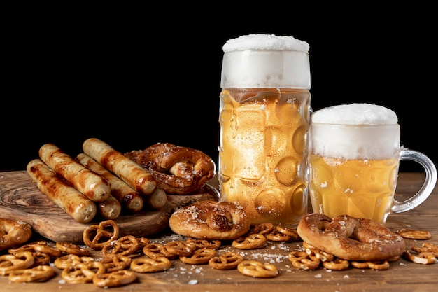 Saboroso conjunto de lanches e cerveja da baviera