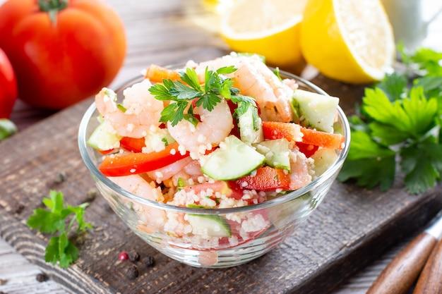 Saboroso cuscuz com camarão, comida nutritiva
