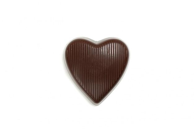Saboroso doce de chocolate em forma de coração isolado no fundo branco